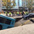 """انشقت الأرض وابتلعتها.. حافلة تسقط في حفرة """"مفاجئة"""" أثناء سيرها"""